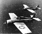 """Пара истребителей Grumman F4F-3 """"Wildcat"""" в полёте (самолёты ещё несут довоенные опознавательные знаки, 1942 г.)"""