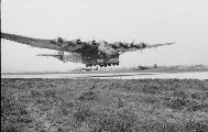 """Транспортный самолёт Messerschmitt Me-323A """"Gigant"""" заходит на посадку, 1943 г."""