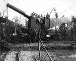 Obice 305/17 mod.1917 на лафета De Stefano - видны ж\д пути для подвозки снарядов и кран, 1917 г.