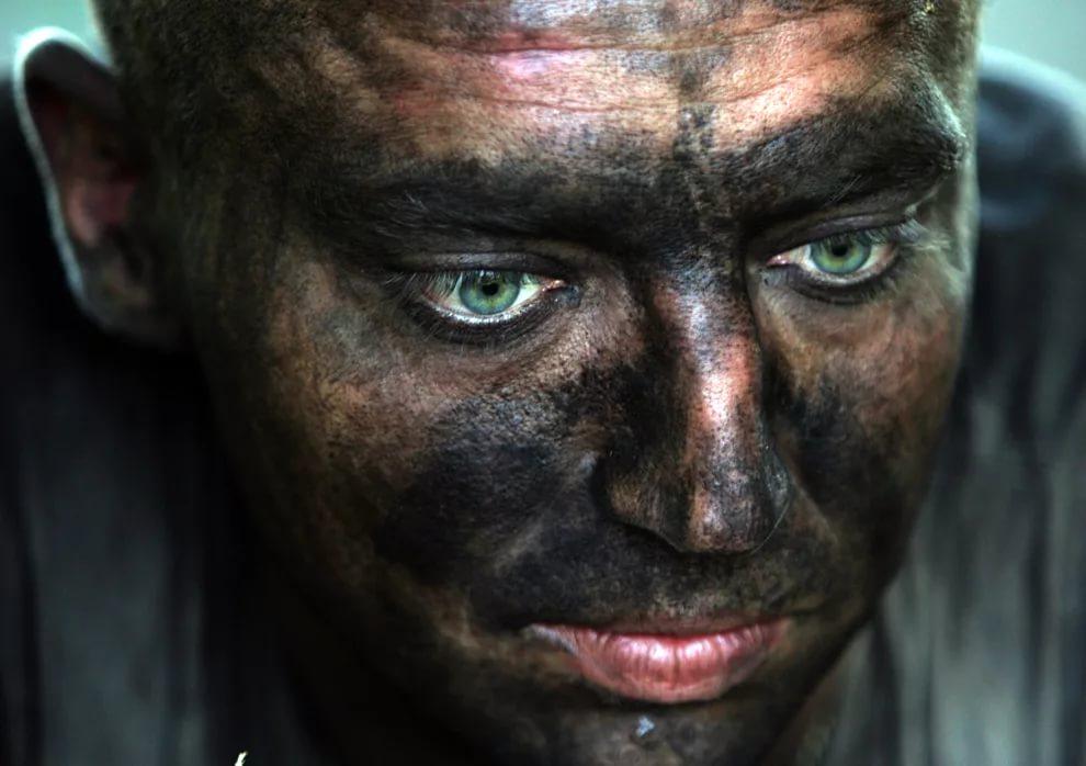 черный от угля, масла и копоти.