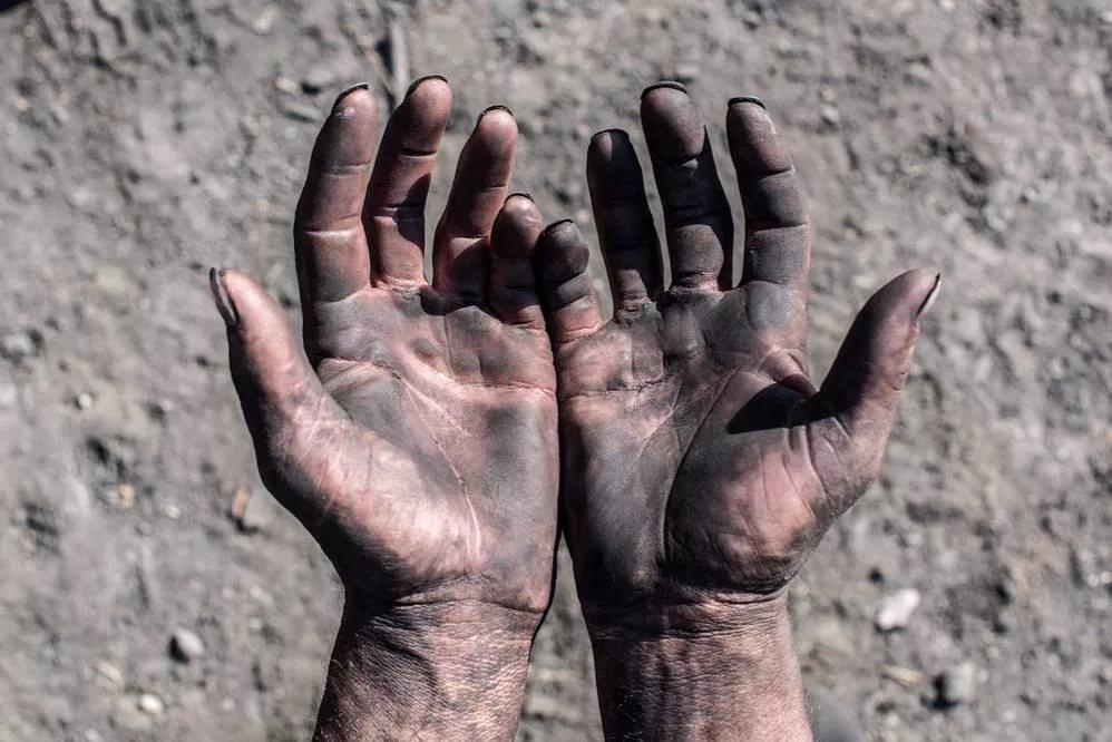 черный от угля, масла и копоти